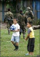 Foto AFP - niños y soldados
